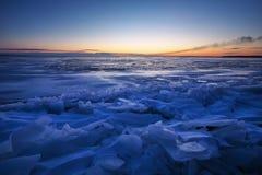与日落火热的天空的美好的冬天风景 免版税库存图片