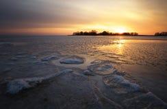 与日落火热的天空的美好的冬天风景 免版税图库摄影