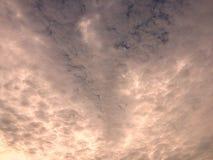 与日落照明设备的云彩背景 库存照片
