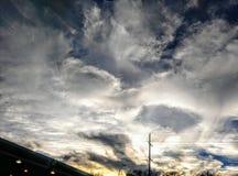 与日落的冬天风雨如磐的天空 图库摄影