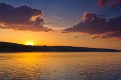 与日落的好的风景在湖 库存照片