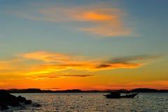 与日落的小船 库存图片