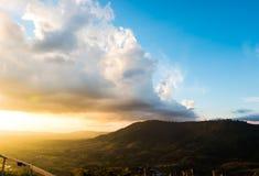 与日落的山景 图库摄影