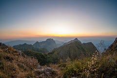 与日落的山风景 免版税库存照片