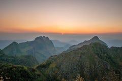 与日落的山风景 库存照片