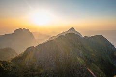 与日落的山风景 免版税库存图片