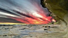 与日落的惊人岩石背景 免版税图库摄影