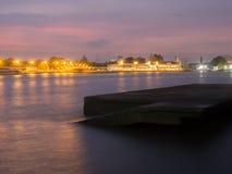 与日落的旧港口 库存图片