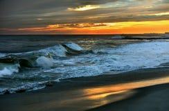 与日落的晚上场面在海洋 库存图片
