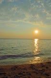 与日落的海滩摘要 免版税库存图片
