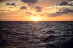 与日落的海洋风景背景的 免版税库存照片