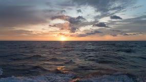 与日落的海洋风景背景的 免版税库存图片