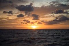 与日落的海洋风景背景的 库存照片