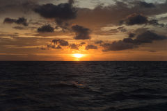 与日落的海洋风景背景的 免版税图库摄影