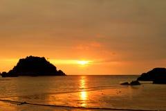 与日落的海滩 图库摄影