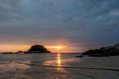 与日落的海滩 免版税图库摄影