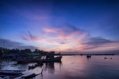 与日落的渔夫小船 库存照片