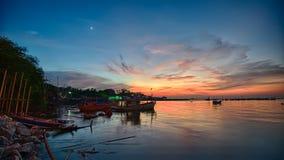 与日落的渔夫小船 免版税库存照片