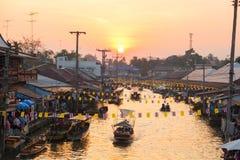 与日落的美好的夜间在Ampawa浮动的市场上 库存照片
