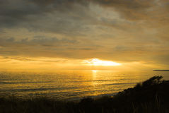 与日落的诺曼底海滩 免版税库存照片