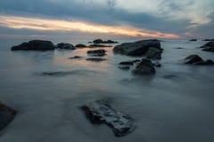 与日落的风景海景在Lofoten海岛在挪威 长期风险 免版税库存照片