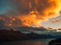 与日落的风雨如磐的天空 库存照片