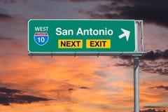 与日落Sk的圣安东尼奥得克萨斯路线10高速公路下个出口标志 免版税库存图片