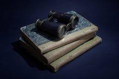 与旧书、纸和双筒望远镜的葡萄酒概念 免版税库存照片