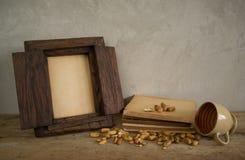 与旧书和咖啡杯的葡萄酒老木照片框架 免版税图库摄影
