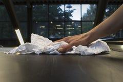 与旧布的人的手清洁 免版税图库摄影
