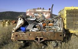 与旧货的被放弃的卡车 免版税图库摄影