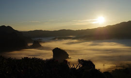 与早晨薄雾的日出风景在北泰国, Phu La 库存图片