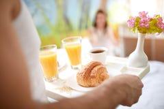 与早餐的早晨在床上 图库摄影