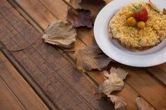 与早餐的秋叶在木桌上 库存图片