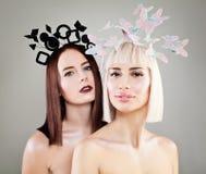 与时尚发型的两个美好的妇女时装模特儿 免版税库存照片