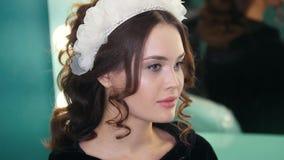 与时尚婚礼构成和发型的美好的深色的模型 股票视频