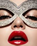 与时尚戴着明亮的精采面具的嘴唇构成的美好的模型 化妆舞会样式妇女 假日庆祝神色 图库摄影