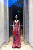 与时尚时装模特的精品店窗口 库存照片