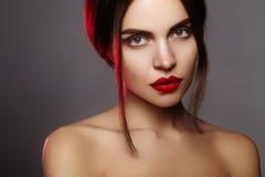 与时尚构成的美好的模型 有魅力嘴唇光泽构成和明亮的眼影的特写镜头画象性感的妇女 图库摄影