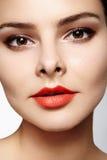 与时尚构成的美好的模型 有魅力嘴唇光泽构成和明亮的眼影的特写镜头画象性感的妇女 免版税图库摄影