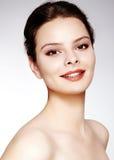与时尚构成的美好的模型 有魅力嘴唇光泽构成和明亮的眼影的特写镜头画象性感的妇女 免版税库存照片