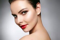 与时尚构成的美好的模型 有魅力嘴唇光泽构成和明亮的眼影的特写镜头画象性感的妇女 免版税库存图片