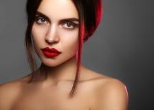 与时尚构成的美好的模型 有魅力嘴唇光泽构成和明亮的眼影的特写镜头画象性感的妇女 库存图片