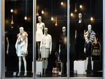 与时装模特的零售店窗口 库存图片