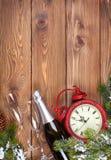 与时钟、雪杉树和香槟的圣诞节背景 免版税库存照片
