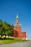 与时钟和克里姆林宫墙壁的Spasskaya塔 免版税库存照片