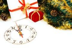 与时钟和圣诞节礼品的装饰 免版税库存照片