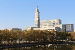 与时钟响铃的哈尔滨师范大学` s主要修造 库存图片