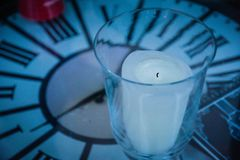 与时钟桌和蜡烛的时间标志 库存图片