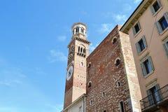 与时钟的代罗西兰贝蒂中世纪塔在维罗纳 库存照片